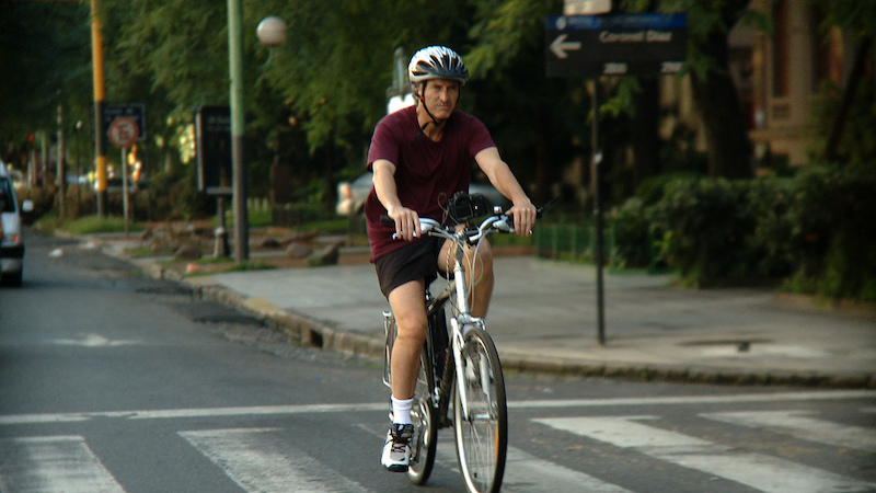 Ciclista pedaleando en una localidad de Navarra