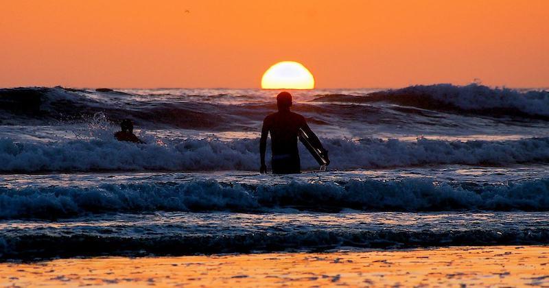 Alumno al atardecer de la escuela BM Surf en Laredo
